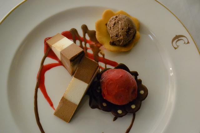 Sinfonía de tres chocolates en salsa de frambuesas y su sorbete